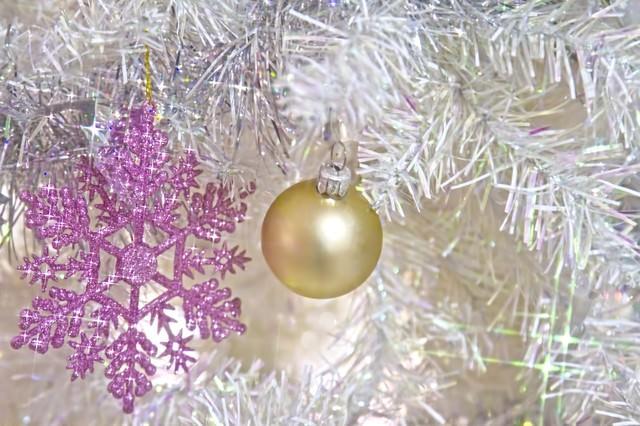 「白いクリスマス飾り」のフリー写真素材