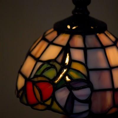 「ステンドグラス風のランプ」の写真素材