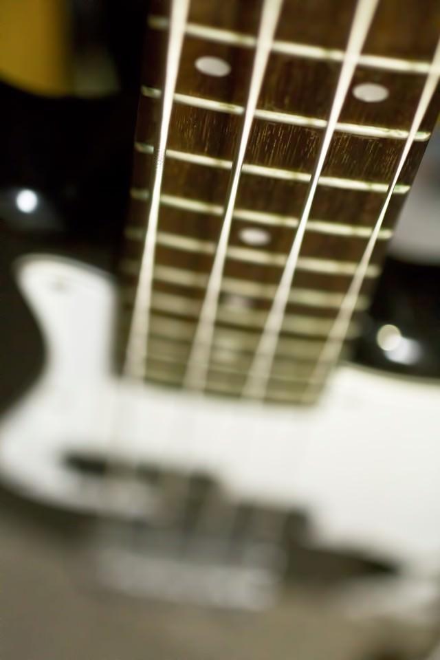 ベースのネックと弦の写真
