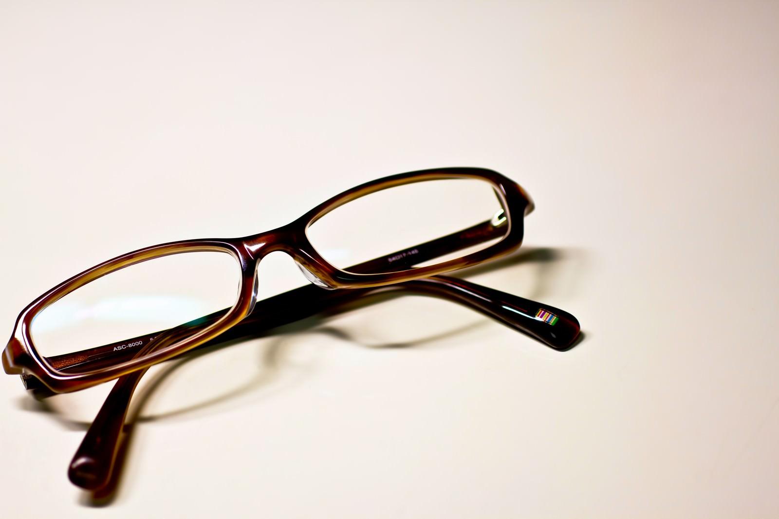 「茶色いフレームの眼鏡」の写真