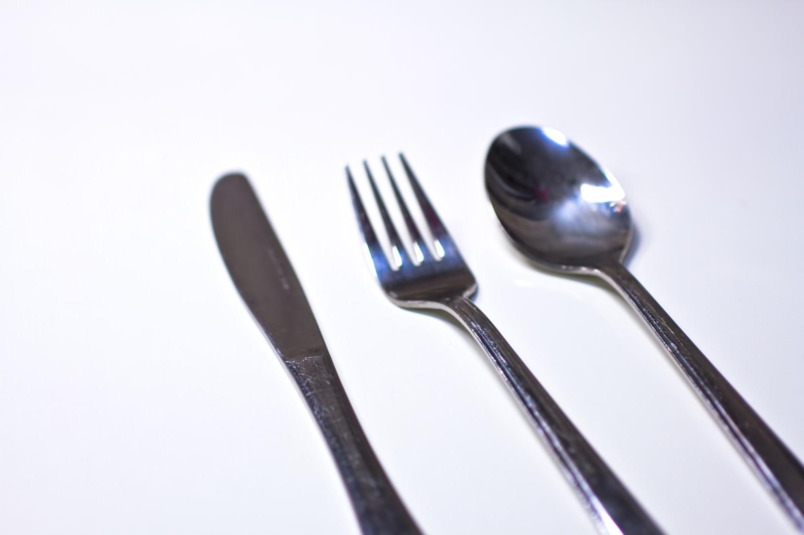 「銀のナイフ・フォーク・スプーン銀のナイフ・フォーク・スプーン」のフリー写真素材