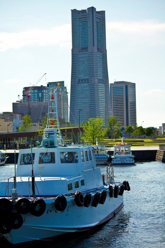 漁船とランドマークタワーの写真