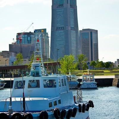 「漁船とランドマークタワー」の写真素材