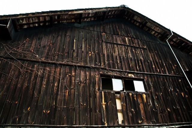 木造の古い造りの倉の写真