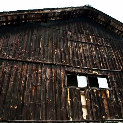 「木造の古い造りの倉」の写真素材
