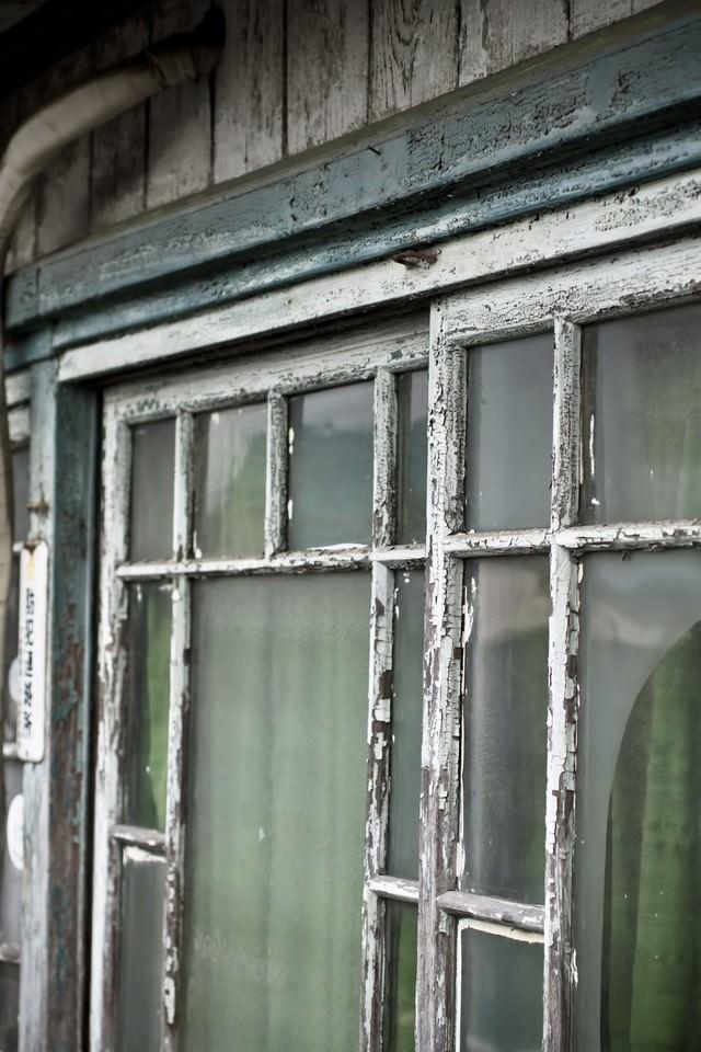 古くボロボロな窓の写真