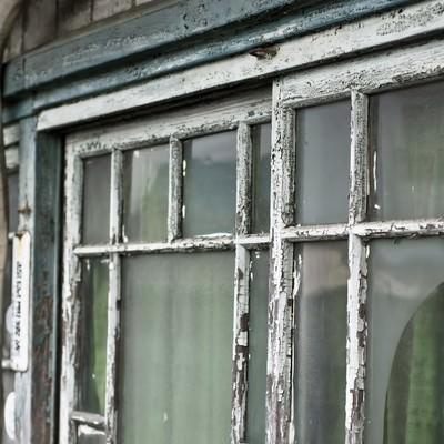 「古くボロボロな窓」の写真素材
