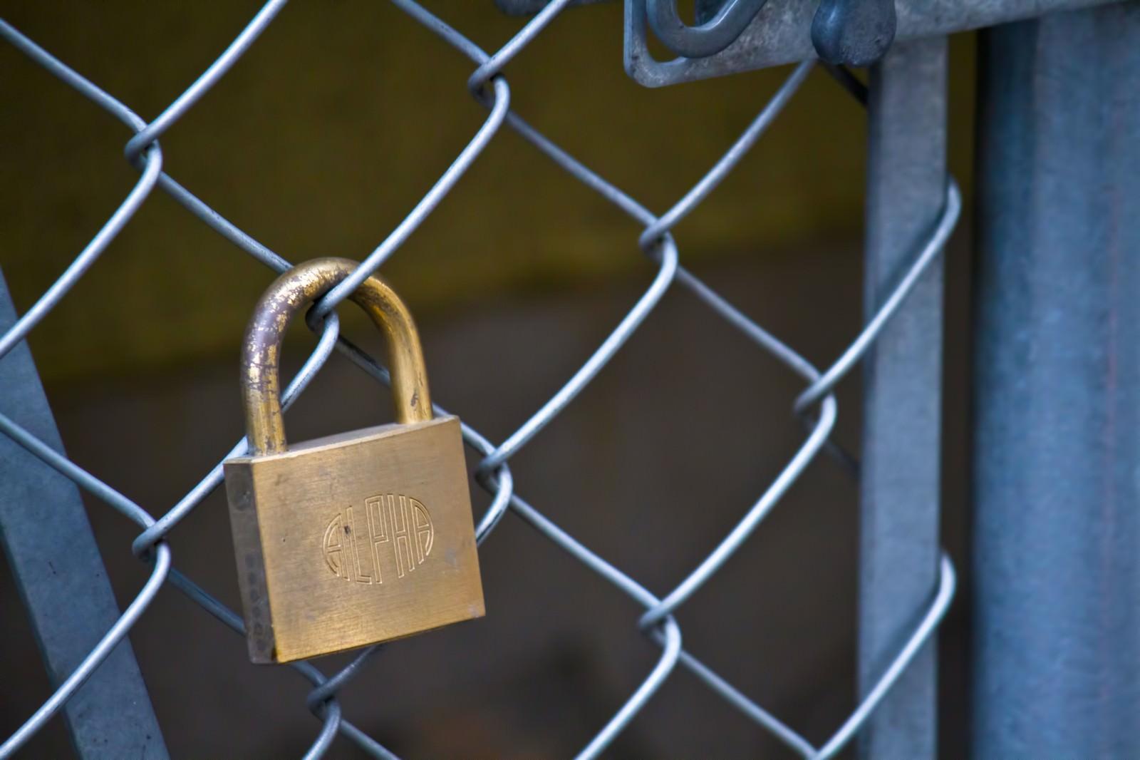 「金網と南京錠 | 写真の無料素材・フリー素材 - ぱくたそ」の写真