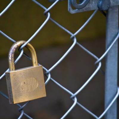 「金網と南京錠」の写真素材