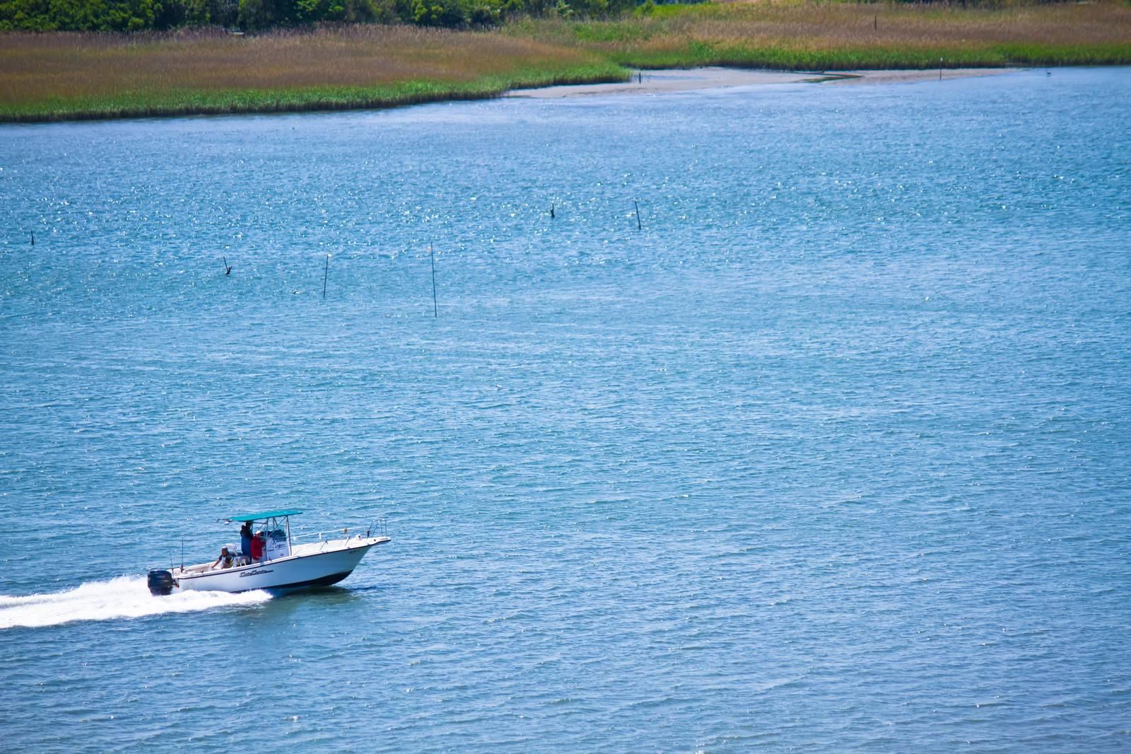 「多摩川を走るボート」の写真