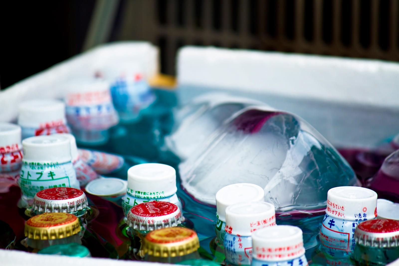 「氷で冷やされるラムネ」の写真
