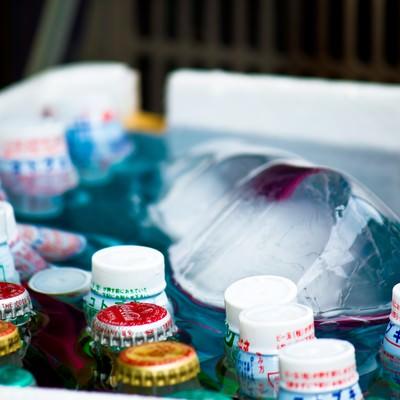 「氷で冷やされるラムネ」の写真素材