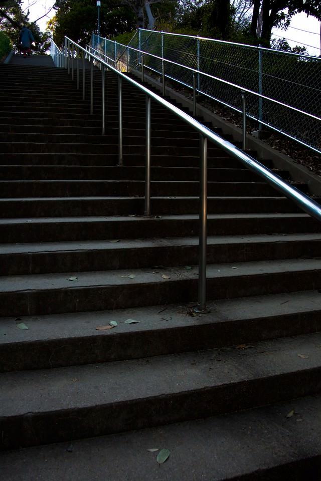 公園の階段と手すりの写真