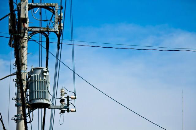 真夏日の電柱と青空の写真