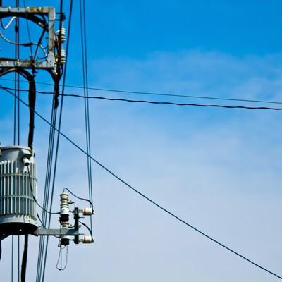「真夏日の電柱と青空」の写真素材