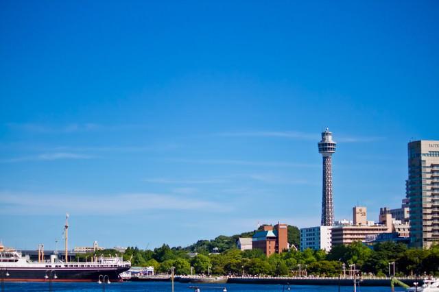 マリンタワーと氷川丸の写真