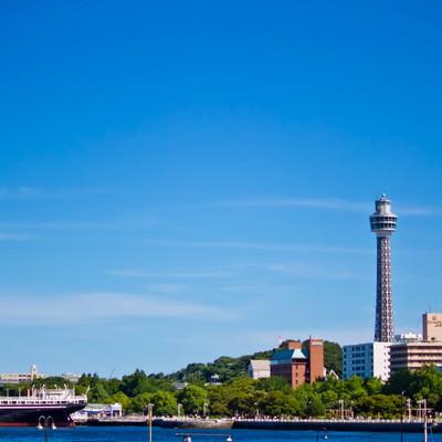 「マリンタワーと氷川丸」の写真素材