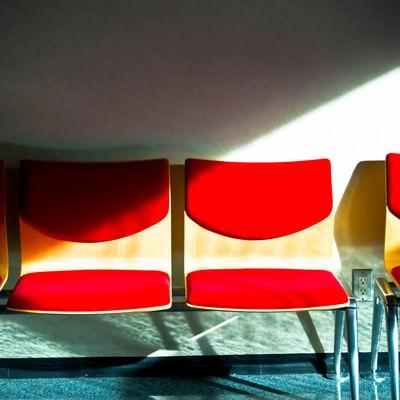 「無機質な赤いベンチ」の写真素材