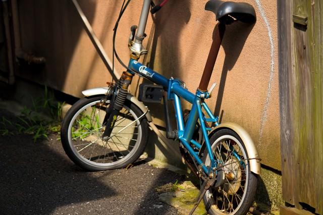 パンクした錆びた自転車の写真