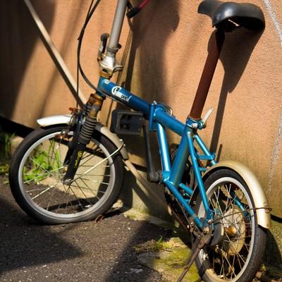 「パンクした錆びた自転車」の写真素材