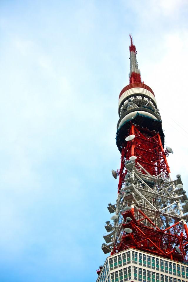 天辺が曲がった東京タワーの写真
