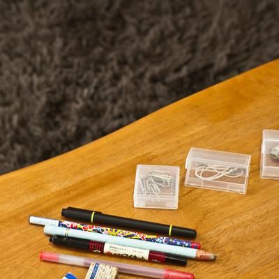 「テーブルの上の小物」の写真素材