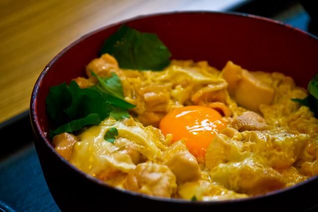 卵と親子丼の写真