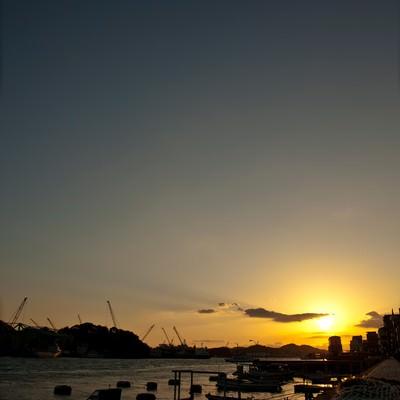 「夕焼けの漁港」の写真素材