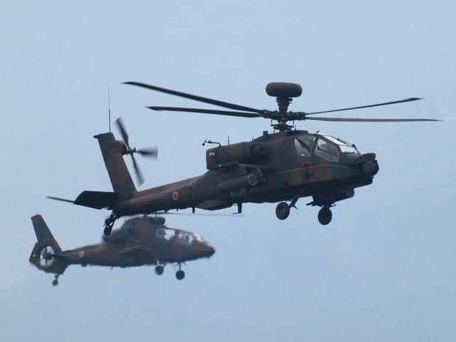 総火演のAH-64DとOH-1ヘリの写真