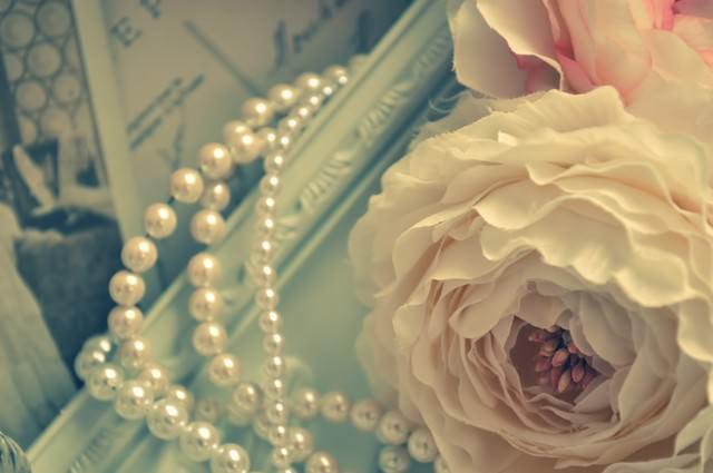 造花(ラナンキュラス)とネックレスの写真
