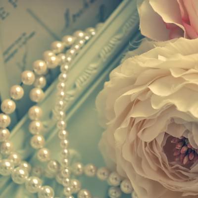 「造花(ラナンキュラス)とネックレス」の写真素材