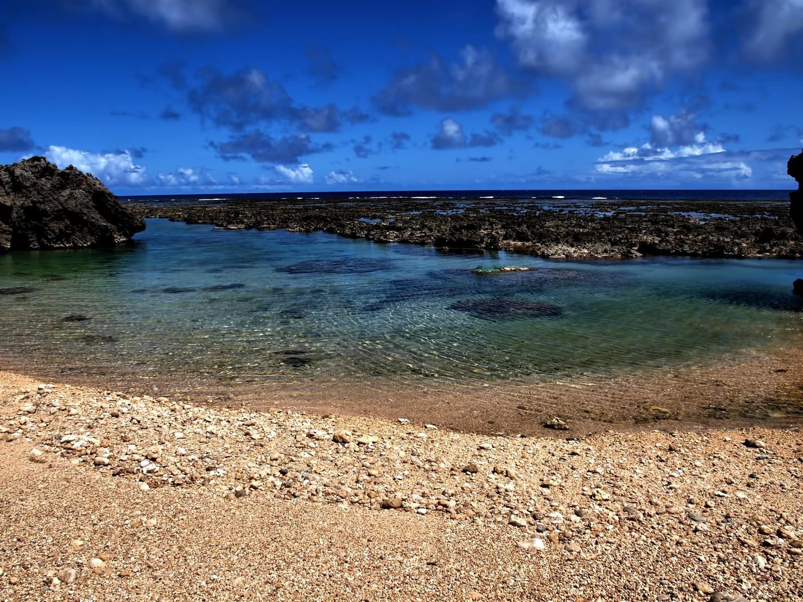 「沖縄の透き通る海と砂浜沖縄の透き通る海と砂浜」のフリー写真素材を拡大
