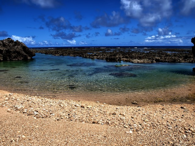 沖縄の透き通る海と砂浜の写真