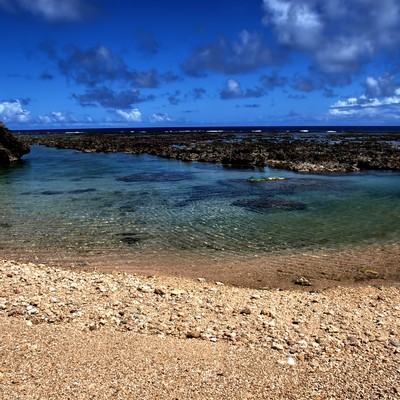 「沖縄の透き通る海と砂浜」の写真素材
