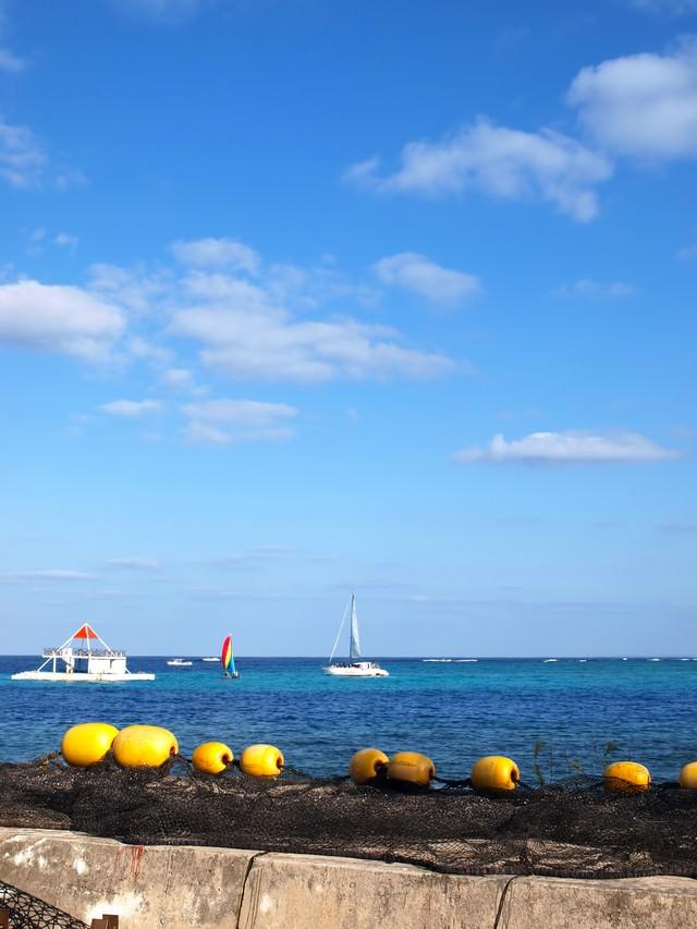 沖縄の海とヨットの写真