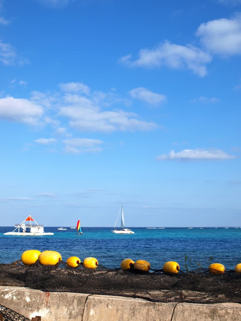 「沖縄の海とヨット」の写真