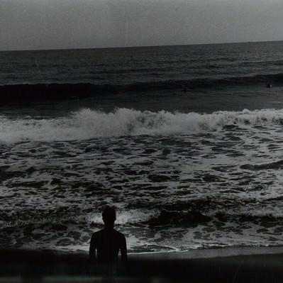 「海とサーファー(フィルム写真)」の写真素材