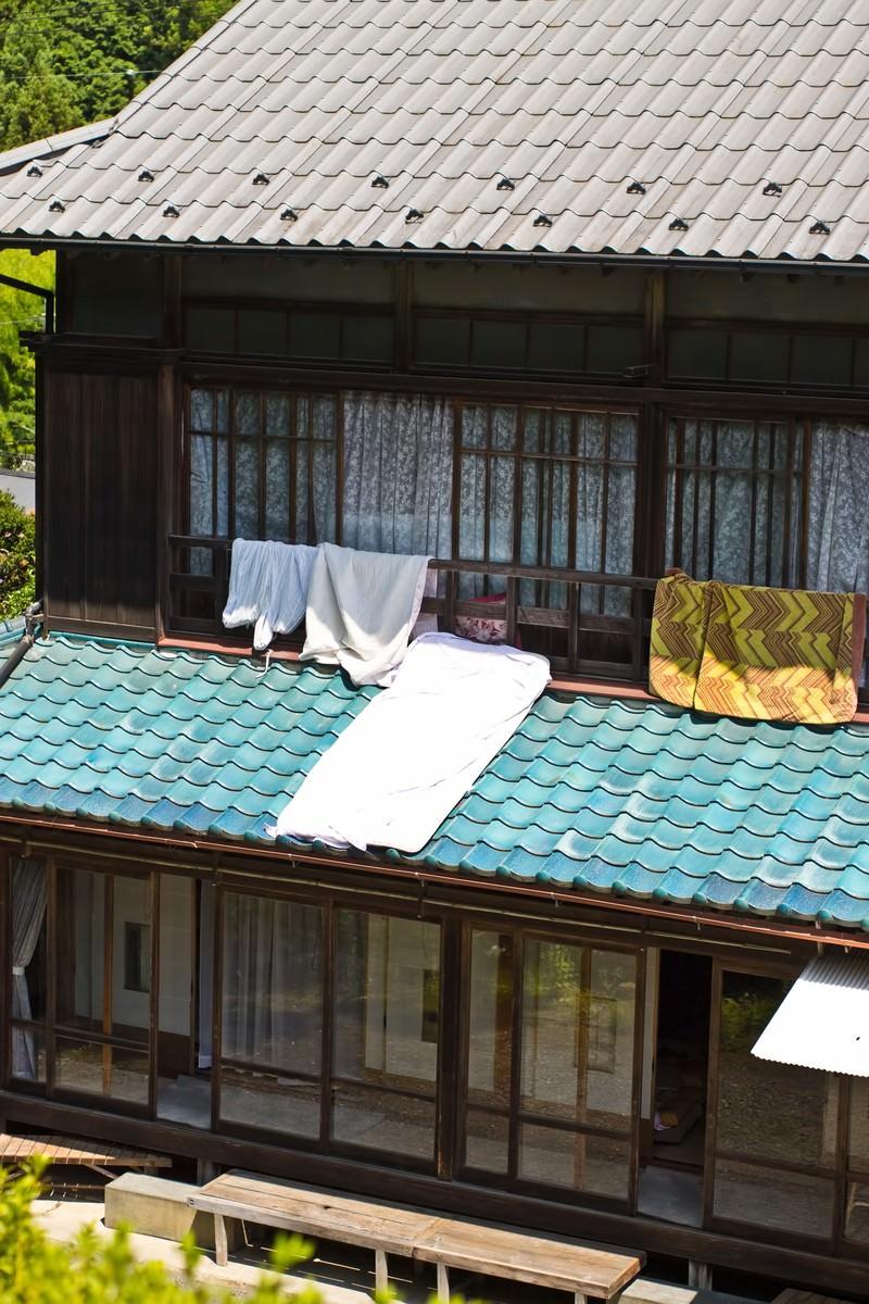 「布団を干す民家」の写真