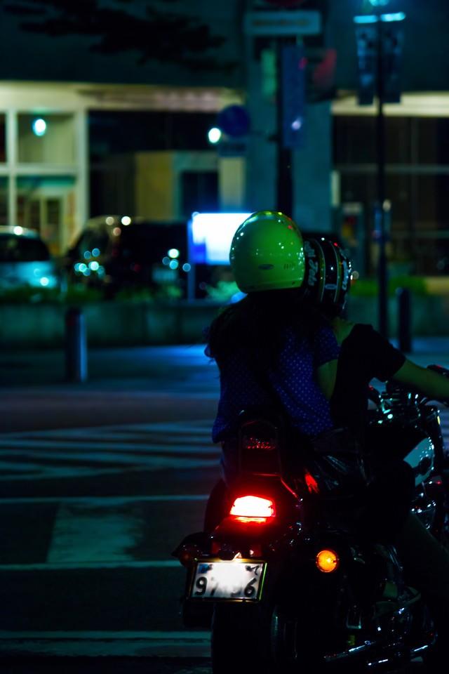 二人乗りのバイクの写真