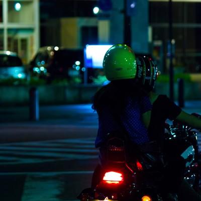 「二人乗りのバイク」の写真素材