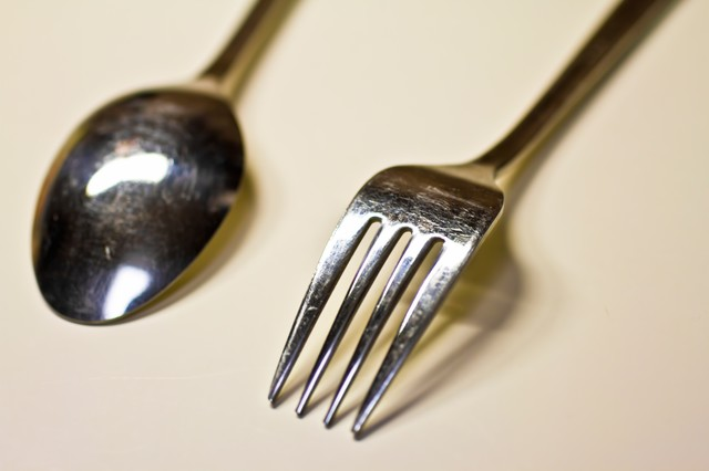 銀のスプーンとフォークの写真
