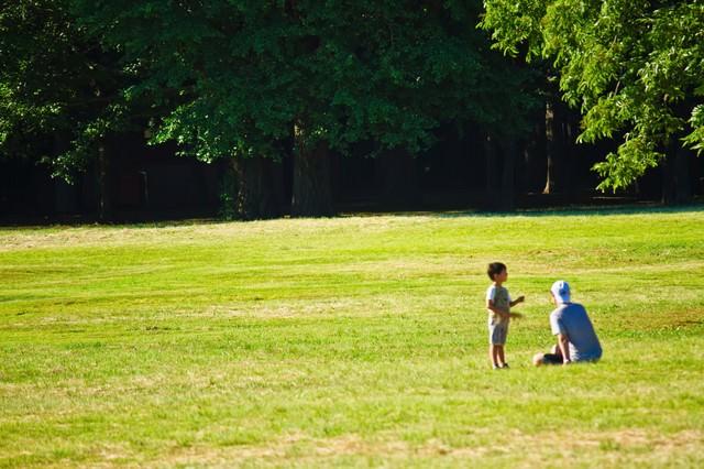 広場での親子の写真