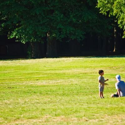 「広場での親子」の写真素材