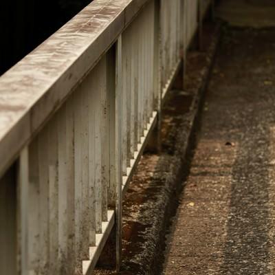 「古びた陸橋のてすり」の写真素材