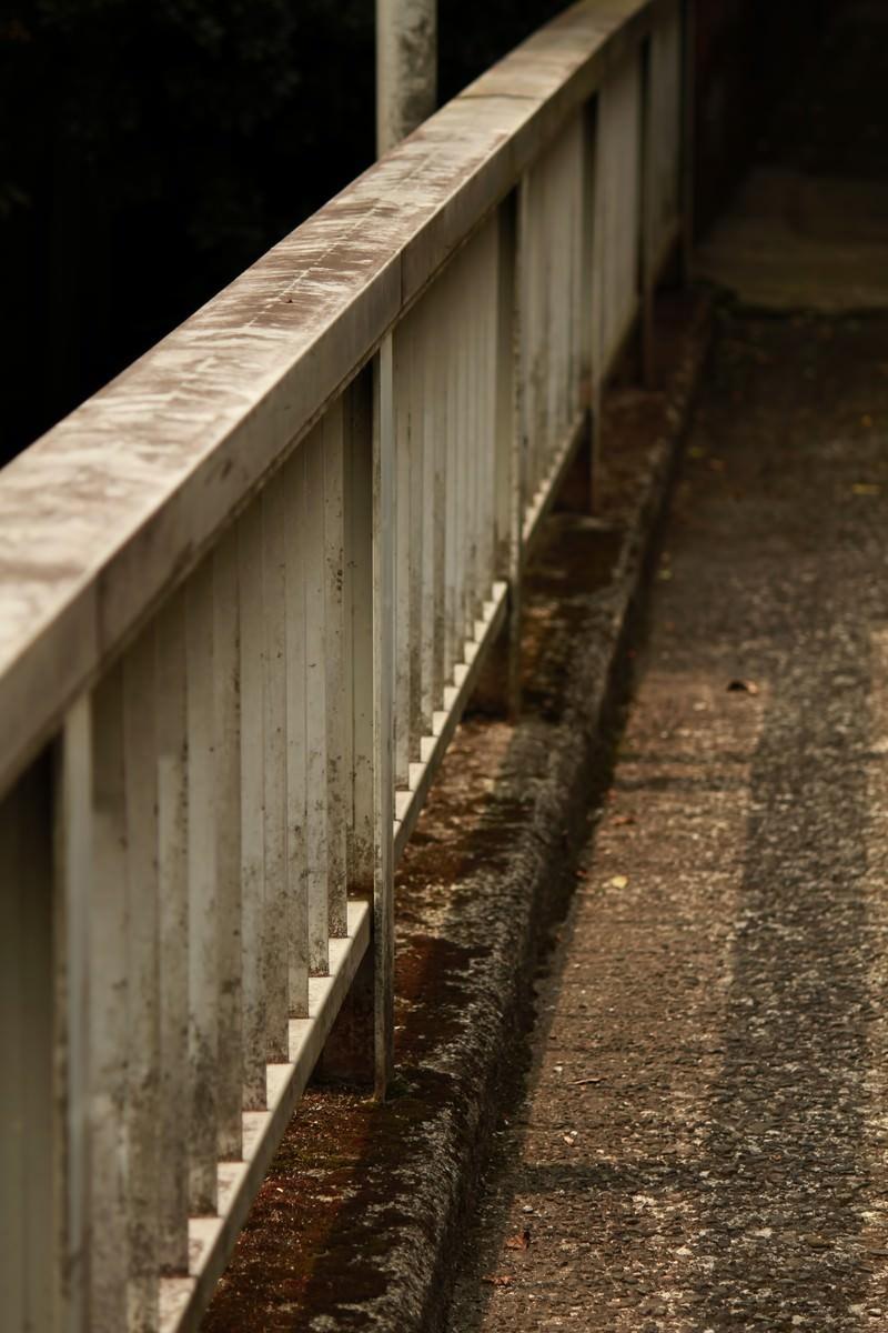 「古びた陸橋のてすり」の写真