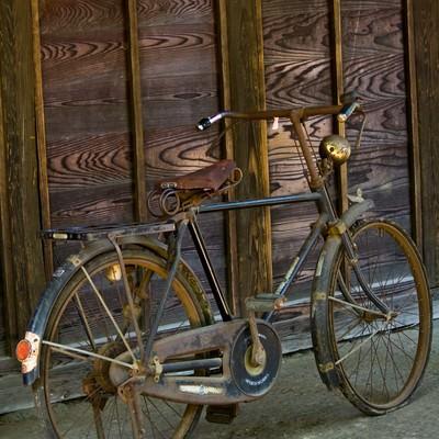 「古びて錆びた自転車」の写真素材