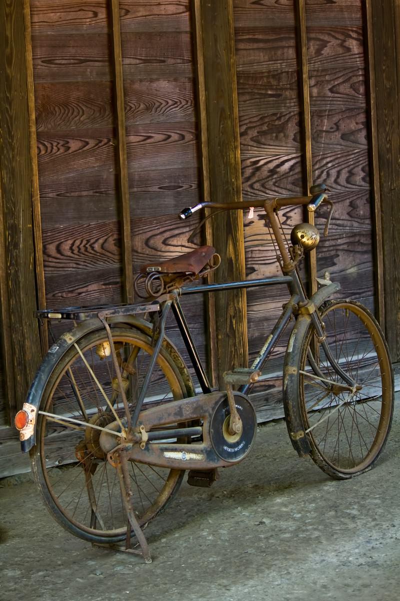 「古びて錆びた自転車」の写真