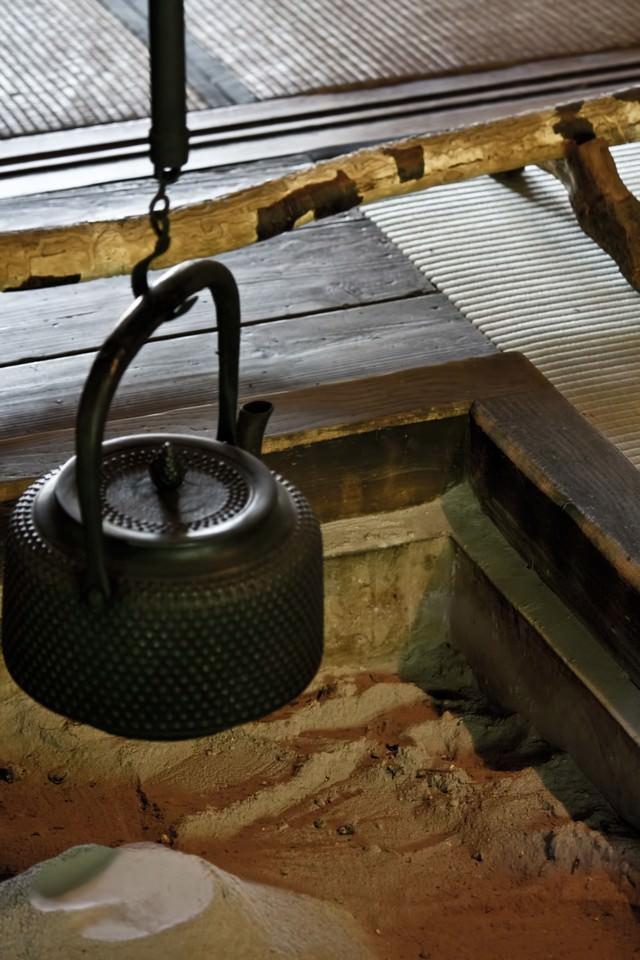 囲炉裏と鉄瓶の写真