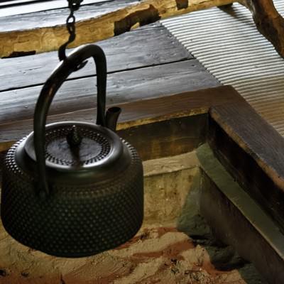 「囲炉裏と鉄瓶」の写真素材