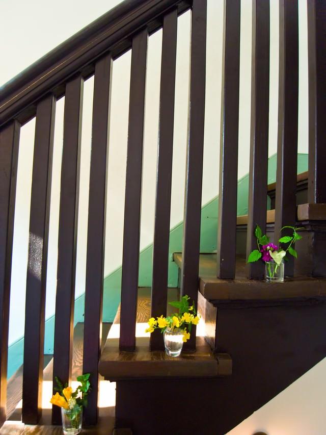 階段に置かれた造花の写真